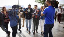 El exalcalde de Marbella Julián Muñoz (c-i), a su llegada a la celebración del juicio en la sección primera de la Audiencia Provincial de Málaga, donde se enfrenta junto al exasesor urbanístico del ayuntamiento marbellí Juan Antonio Roca a una petición fiscal de 10 años de prisión por supuestas irregularidades urbanísticas.