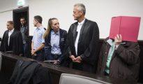 La acusada Angelika W. (d) asiste a su juicio junto a su abogado Peter Wueller (2d) en Paderborn (Alemania) hoy, 26 de octubre.