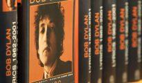 Varios ejemplares de un libro con letras del cantautor Bob Dylan están expuestos en la Feria del Libro de Fráncfort el 19 de octubre de 2016