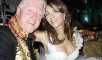 Bill Clinton y Liz Hurley, una de sus amantes, en 2005.