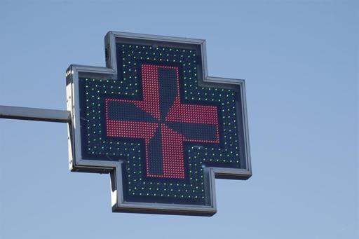 Cruz luminosa de una farmacia.