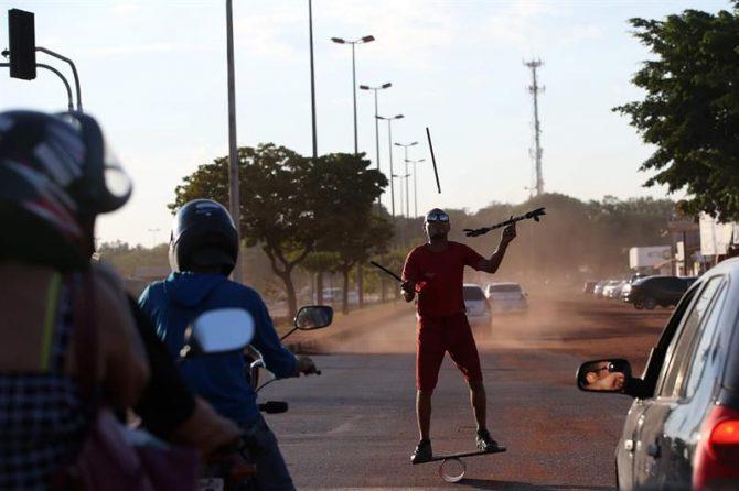 El venezolano José Antonio Garrido hace malabares para ganar algunas monedas en un semáforo en Boa Vista, estado de Roraima (Brasil).
