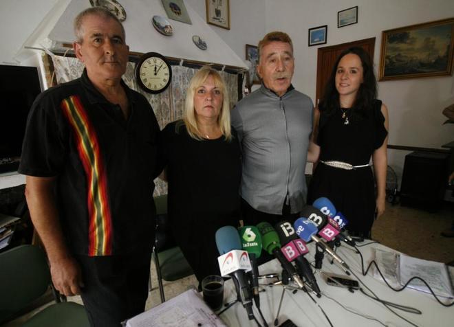 Marcos García-Montes junto con los padres de la menor y la abogada que lleva el caso (Foto El Mundo)