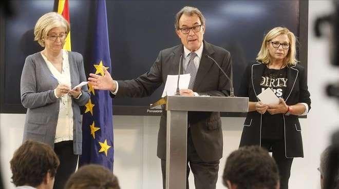 El expresidente de la Generalitat, Artur Mas, en rueda de prensa junto a la 'exconsellera' Irene Rigau (izquierda) y la exvicepresidenta Joana Ortega