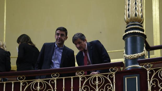 El portavoz de la Gestora, Mario Jiménez, junto a Javier Fernández, el pasado jueves en el Congreso