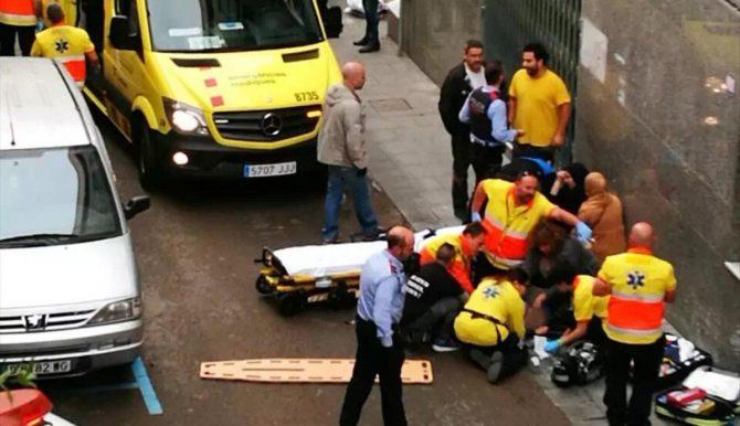 Los servicios médicos, atiende en la calle Dalmau de Santa Coloma, un niño que ha sido apuñalado.