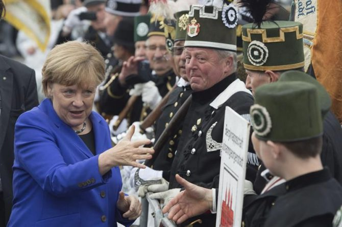 La canciller alemana, Angela Merkel (i), saluda a su llegada a la plaza de Neumarkt durante las celebraciones por los 26 años de la reunificación de Alemania, en Dresde, Alemania, hoy, 3 de octubre de 2016.