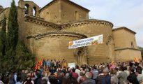 Alrededor de medio millar de personas de la comarca de los Monegros se concentraron ayer ante las puertas del Monasterio de Sijena (Huesca), para reclamar el retorno de los 46 piezas de su patrimonio histórico que todavía permanecen depositadas en Cataluña a pesar de la sentencia que ordena su devolución.
