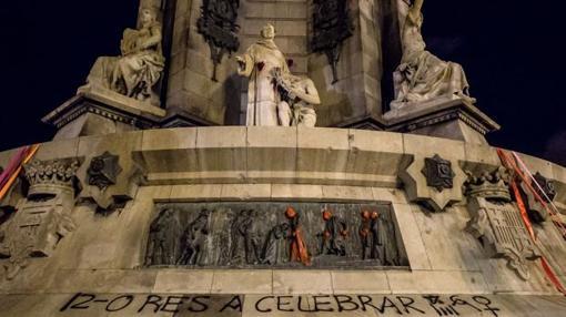 Fotografía de las pintadas en el Monumento a Colón en Barcelona