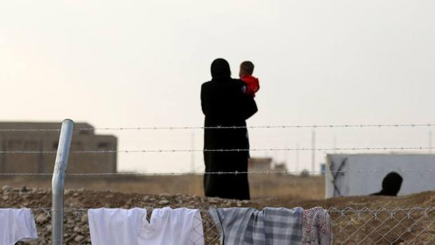 Una mujer iraquí junto a su hijo después de huir de Mosul