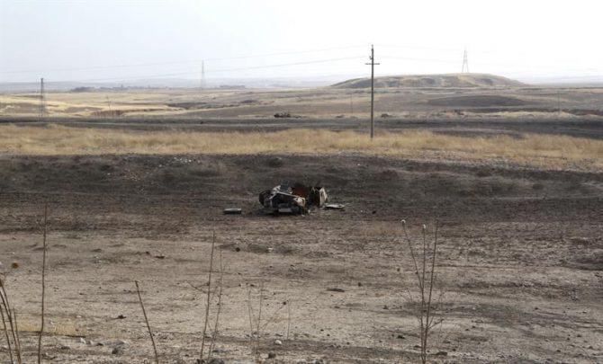 Vista de un vehículo del Estado Islámico bombardeado, a 27 kilómetros de Mosul, Irak.