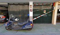 Precinto policial en la entrada del garaje situado en San Fernando de Maspalomas, en la localidad de San Bartolomé de Tirajana, en la que se produjo anoche la muerte a puñaladas del empresario Luis Fernández, por lo que ya ha sido detenido un hombre como presunto autor d