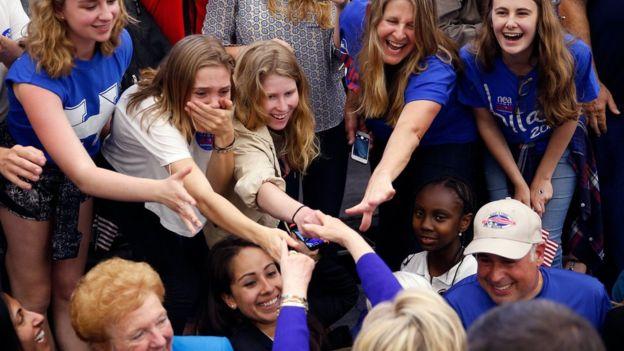 Mujeres dando la mano a Hillary Clinton en California.