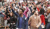 Manifestantes negros gritan consignas contra Trump.