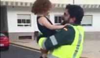 Captura del vídeo en el que la niña de tres años abraza a su padre, sargento de la Guardia Civil
