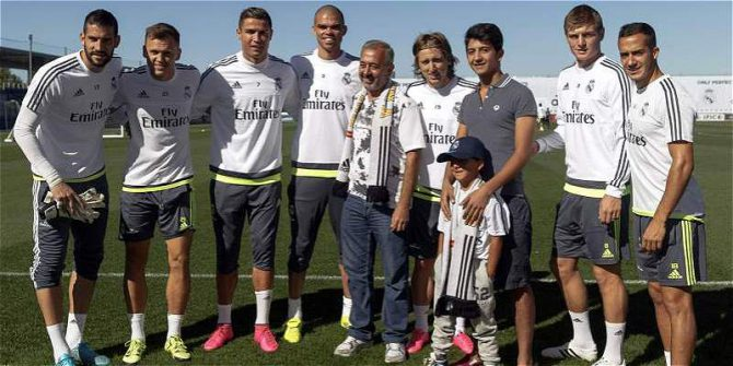 Osama Abdul Mohsen, junto a la plantilla del Real Madrid.