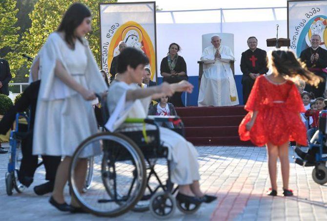 El papa Francisco mira un espectáculo durante la reunión con trabajadores de la Iglesia de la Caridad en el Centro de los Padres Camilos en la periferia de Tiflis, en Georgia, hoy 1 de octubre de 2016.