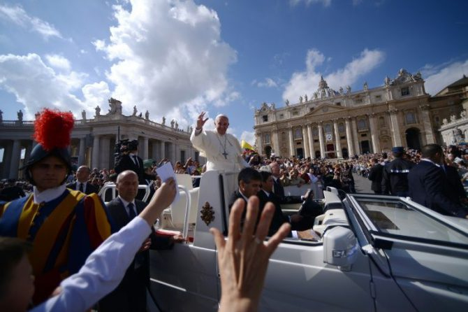 El papa Francisco saluda desde el 'papamóvil' a los fieles tras una misa en la plaza San Pedro del Vaticano, el 9 de octubre de 2016