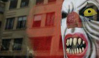 Un disfraz de payaso diabólico expuesto en una tienda de Valencia.