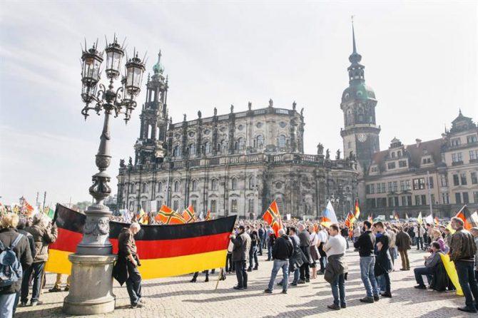Seguidores de PEGIDA se manifiestan por el centro de Dresde.