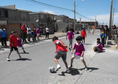 Resultado de imagen de Niños jugando al futbol en las calles Almerienses