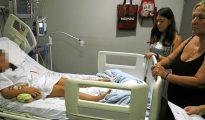 La pequeña de ocho años agredida, en el hospital junto a su madre.
