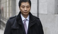 El presunto líder de la mafia china desarticulada en la operación Emperador, Gao Ping, a su salida de la prisión de Villena (Alicante).