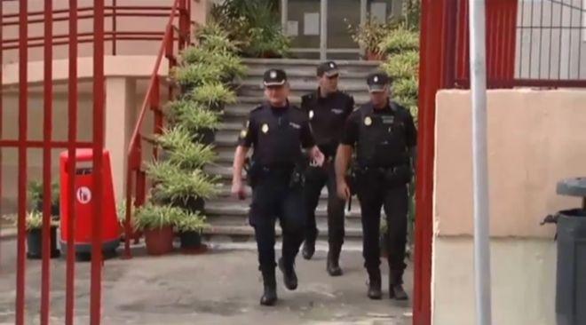 Agentes de la Policía Nacional, que ha abierto una investigación, abandonando ayer el centro escolar. (Foto Atlas)