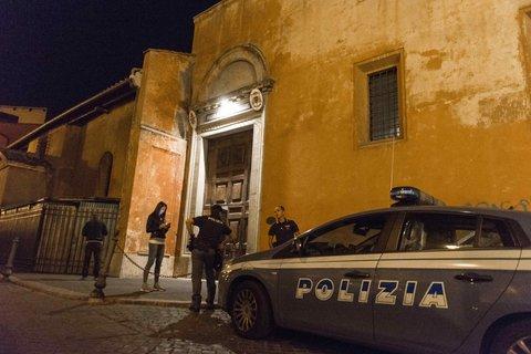 La policía italiana, en el exterior de la basílica.