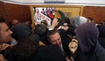 Unos 200 jóvenes taponan la puerta de la facultad de derecho de la Universidad Autónoma de Madrid para impedir la entrada al expresidente del Gobierno Felipe González.