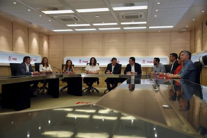 Primera reunión el pasado lunes de la gestora que dirige el PSOE tras la dimisión de Pedro Sánchez como secretario general, presidida por el secretario general de la FSA y Jefe del Ejecutivo asturiano, Javier Fernández (c).