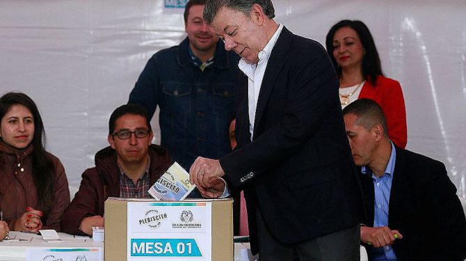 Santos votando en el plebiscito