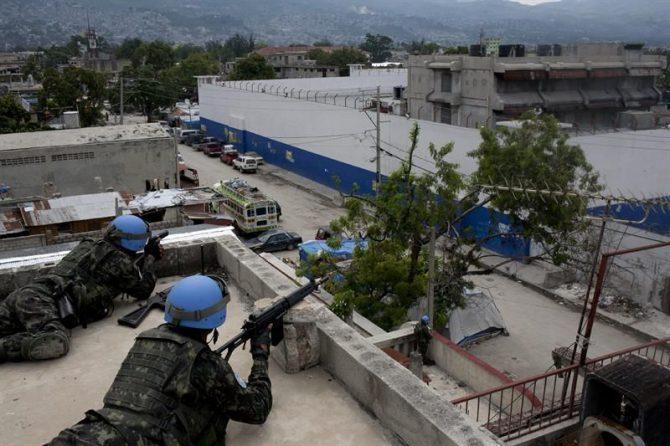 En la imagen, soldados controlan el perímetro de una cárcel en Haití.