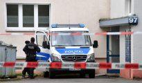 Oficiales de policía alemanes hacen guardia en un área residencial en Chemnitz, Saxony, Alemania.