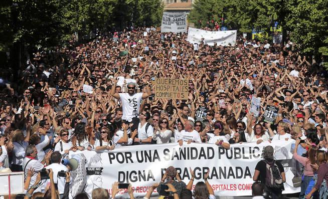 Jesús Candel, 'Spiriman', subido a hombros, lidera la manifestación el pasado domingo.