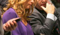 La diputada socialista en el Congreso Susana Sumelzo toma notas en la tribuna de invitados de las Cortes de Aragón, donde hoy se ha celebrado la segunda sesión del debate sobre el estado de la Comunidad.