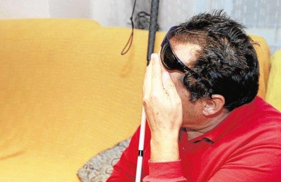 José Antonio, el taxista agredido, en su domicilio.