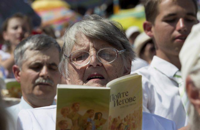 Una testigo de Jehová reza durante un congreso regional en el estadio Traktar, Minsk, Bielorrusia, 25 de julio de 2015.
