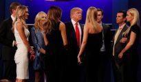 Donald Trump habla con su familia tras el debate.