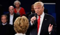 Trump, en el segundo debate presidencial. Frente a él, Hillary Clinton.