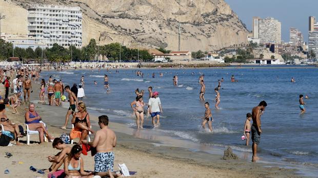 Fotografía de este domingo de turistas en una playa de Alicante
