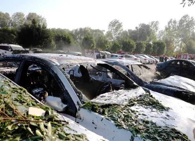 Vista de varios vehículos dañados tras la explosión registrada en un aparcamiento del edificio de la Cámara de Comercio e Industria de la ciudad turca de Antalya, hoy, 25 de octubre.