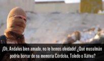 """Un yihadista del Estado Islámico armado y enmascarado, en un vídeo de propaganda donde advierte a España de que pagará """"un muy alto precio"""" por expulsar a los musulmanes de Al Ándalus, hace cientos de años. El subtítulo en español reza: """"Oh, Andalus bien amado, no te hemos olvidado! ¿Qué musulmán podría borra de su memoria Córdoba, Toledo o Játiva""""."""