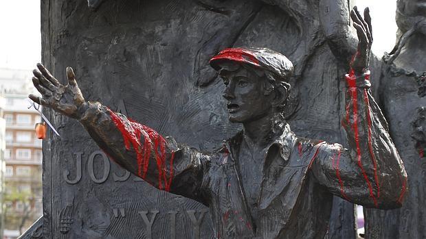 La estatua de Yiyo, manchada por pintura roja por los antitaurinos