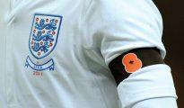 Brazalete con la amapola en la camiseta inglesa en el Inglaterra-España de 2011