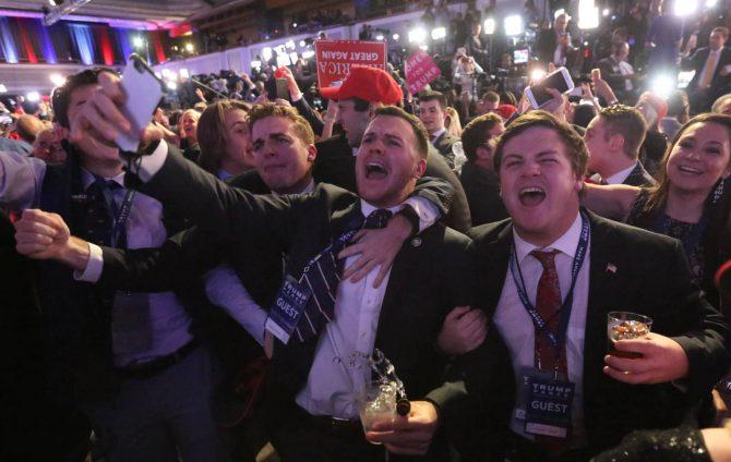 Seguidores de Trump, exultantes, celebran su victoria electoral.