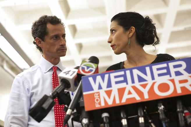Anthony Weiner junto a su todavía esposa Huma Abedin