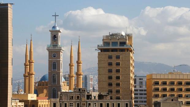 La nueva torre de la catedral de Beirut, junto a los minaretes de la mezquita colindante