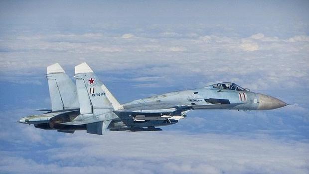 Imagen de archivo de un caza ruso Sukhoi Su-27 fotografiado en junio de 2014 cuando volaba cerca de los Estados bálticos.