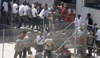 Inmigrantes descansan en el CIE de Tenerife